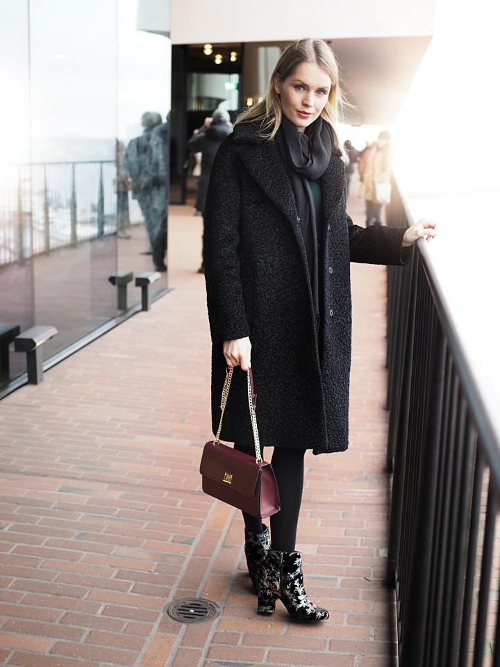Modeblogger Hamburg, Fashionblogger, Fashionblogger Hamburg, Beautyblogger Hamburg, Beautyblogger, Beauty, Travelblogger, Travel, Hamburg, Winter Look, Winter, X-Mas Look, Christmas Look, Mantel, Hallhuber, Kleid, Schuhe, Trend-Stiefelette, Another A, Görtz, Elbphilharmonie
