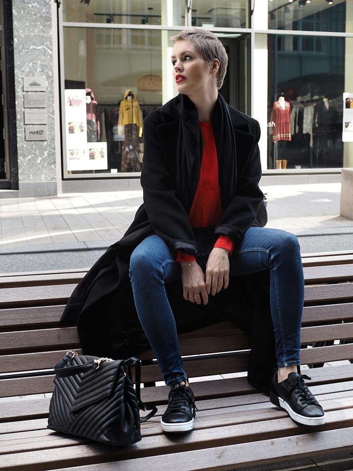 Modeblogger Hamburg, Fashionblogger, Fashionblogger Hamburg, Beautyblogger Hamburg, Beautyblogger, Beauty, Travelblogger, Travel, Hamburg, Fashion Inspiration, Inspiration, Trend 2018, Trend Herbst 2018, Farbtrend 2018, Herbsttrend Rot, Trendfarbe Rot, rote Bluse, rote Akzente, Trendfarbe 2018, Fashioninspiration, Leder Sneaker, Sneaker Cox, Görtz, Stylecommunity, Trend Herbst 2018